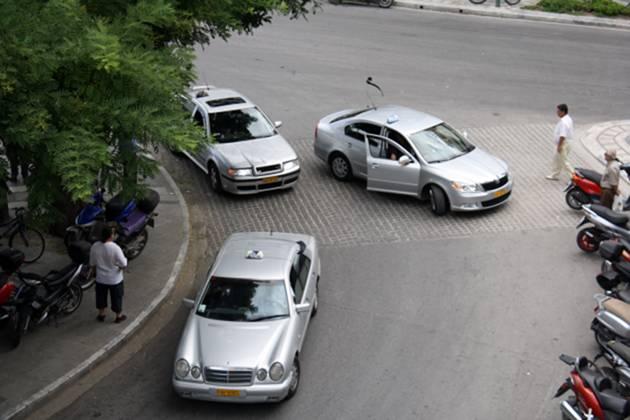 Λάρισα: Έσπασε το τζάμι και έκλεψε από ταξί