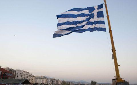 Άγνωστοι έκαψαν ελληνική σημαία