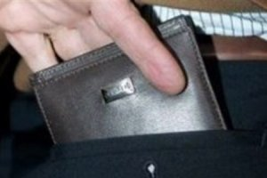 Έκλεψε πορτοφόλι μέσα σε σούπερ μάρκετ