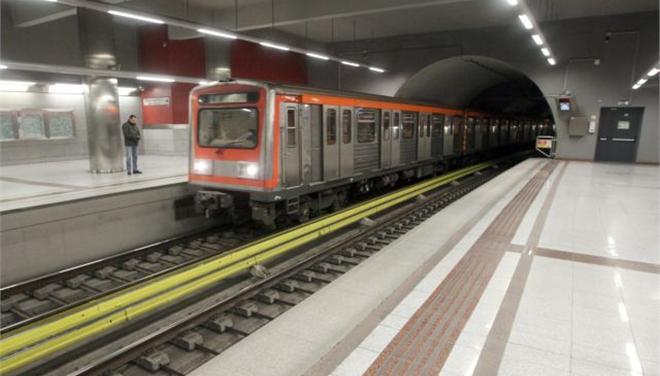 Μητέρα και το παιδί της έπεσαν στις ράγες του μετρό και σώθηκαν !