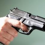 Μεθυσμένος πιστολέρο άρχισε να πυροβολεί μέσα σε καφενείο