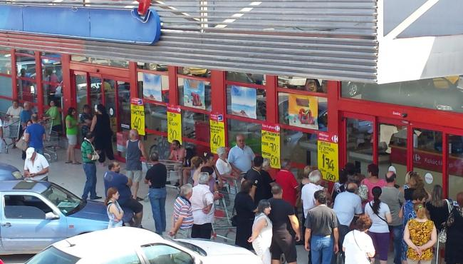 «Πανζουρλισμός» σήμερα σε σούπερ μάρκετ των Τρικάλων (φωτο)
