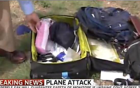 Ρεπόρτερ έψαχνε live τις βαλίτσες των θυμάτων του Μπόινγκ!