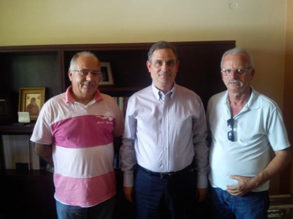 Ο κ. Σαχινίδης με τους εκπροσώπους των μελισσοκόμων
