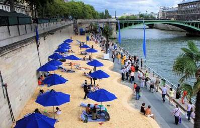 Oι Γάλλοι βγήκαν βόλτα στην… τεχνητή πλαζ του Σηκουάνα