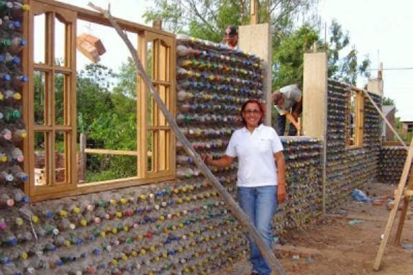 Θα έχτιζες σπίτι από… πλαστικά μπουκάλια; (video)