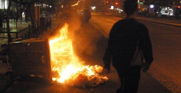 Άλλος ένας κάδος τυλίχτηκε στις φλόγες το βράδυ στη Λάρισα