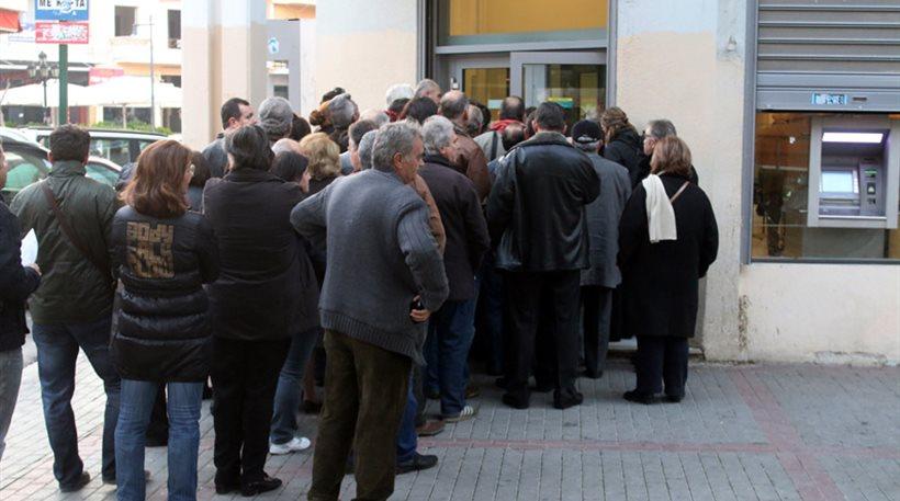 «Ουρές» έξω από υποκαταστήματα τραπεζών στη Λάρισα