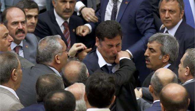 Αγριο ξύλο στην τουρκική Βουλή