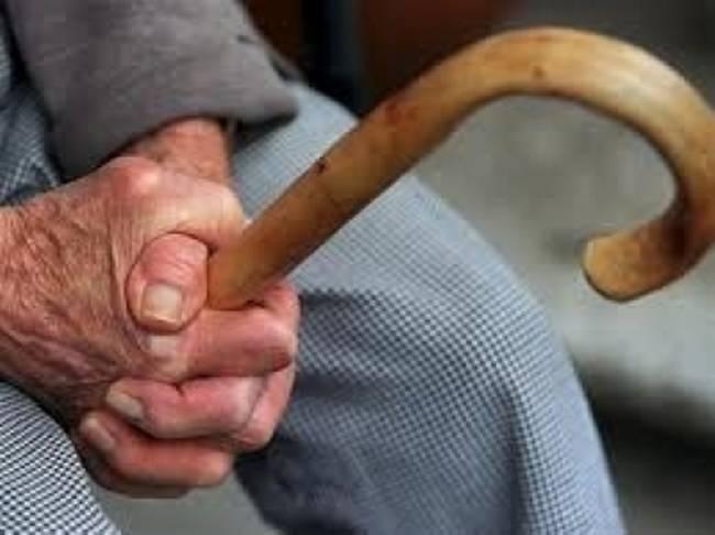 Λάρισα: Δύο άτομα έκλεψαν 82χρονο