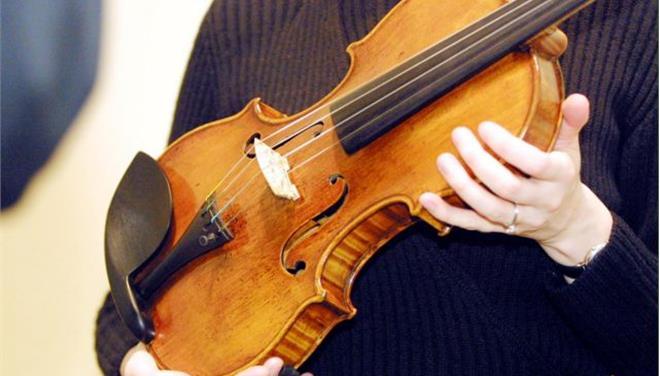 Τη χειρουργούσαν στο κεφάλι κι αυτή το… βιολί της