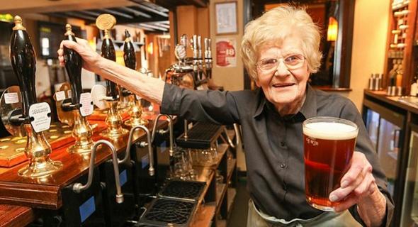 Εργάζεται στο ίδιο μπαρ από το 1940!