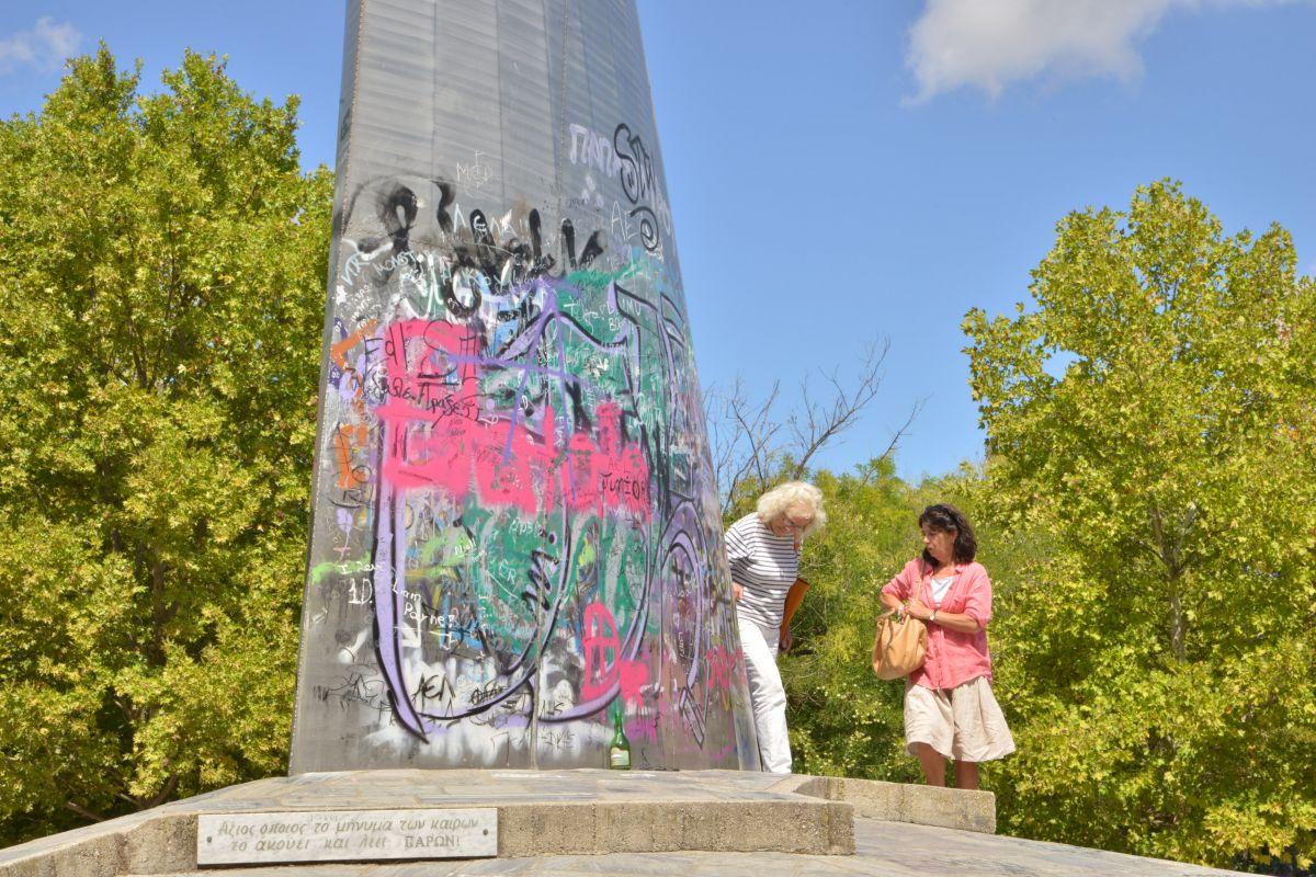 Μνημείο γεμάτο γκράφιτι…