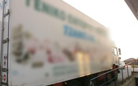 Φόρτωναν κρυφά μετανάστες σε καρότσες φορτηγών