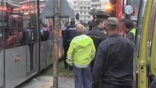 Επιχείρηση απεγκλωβισμού ηλικιωμένης από συρμό τραμ