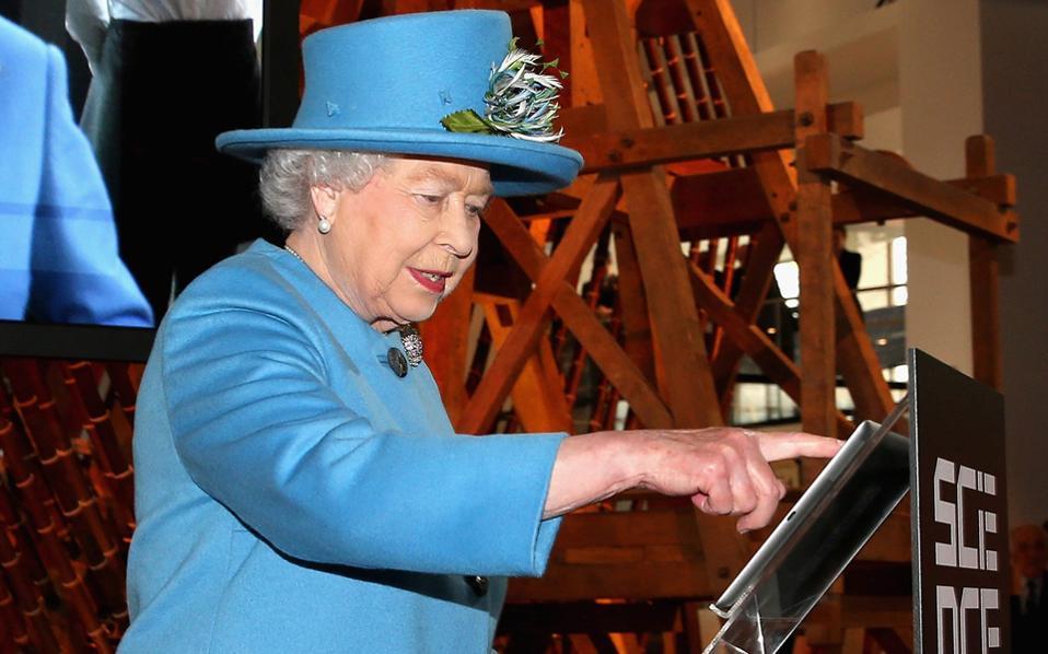 Το πρώτο tweet της βασίλισσας Ελισάβετ