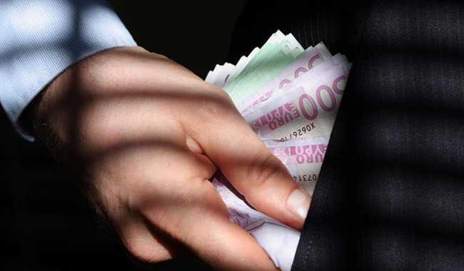 Υπάλληλος τράπεζας υπεξαίρεσε 400.000 € για χάρη του… έρωτα!