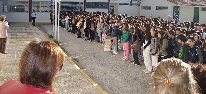 Μολότοφ σε σχολείο την ώρα της προσευχής!