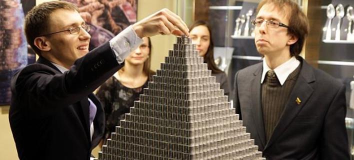 Φοιτητές κατασκεύασαν πυραμίδα 831 κιλών από κέρματα (ΦΩΤΟ)