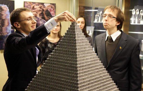 φοιτητες πυραμιδα κερματα 2