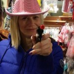 Η Ραχήλ Μακρή ντυμένη καουμπόισσα, με το όπλο στο χέρι… απειλεί (ΦΩΤΟ)