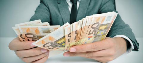 Οι Ελληνες προτιμούν τα μετρητά