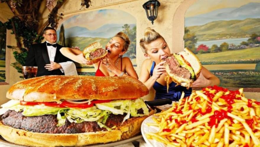 Το πολύ φαστ φουντ και τα λίγα φρούτα δυσκολεύουν μια γυναίκα να μείνει έγκυος