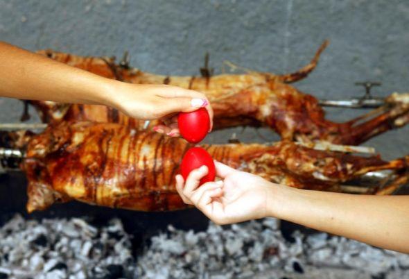 Πόσες θερμίδες έχουν αρνί, κοκορέτσι και μαγειρίτσα