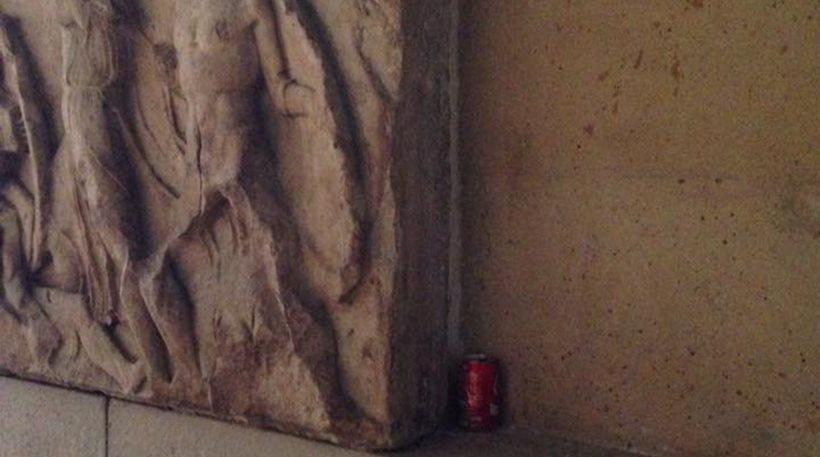 Στο Βρετανικό Μουσείο: Κουτάκι αναψυκτικού πάνω στα Γλυπτά του Παρθενώνα!