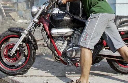 Έκλεψαν μοτοσικλέτα και «άνοιγαν» καταστήματα