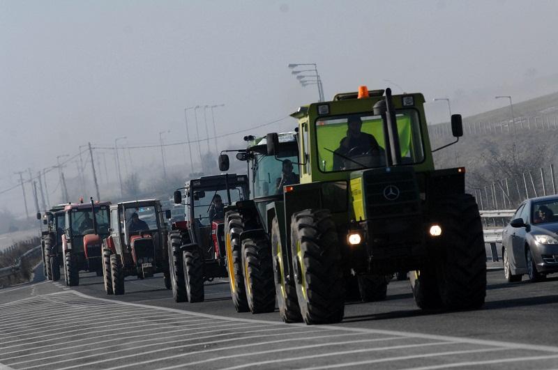 Μπλόκο στον αυτοκινητόδρομο Ε65 στήνουν οι αγρότες της Καρδίτσας