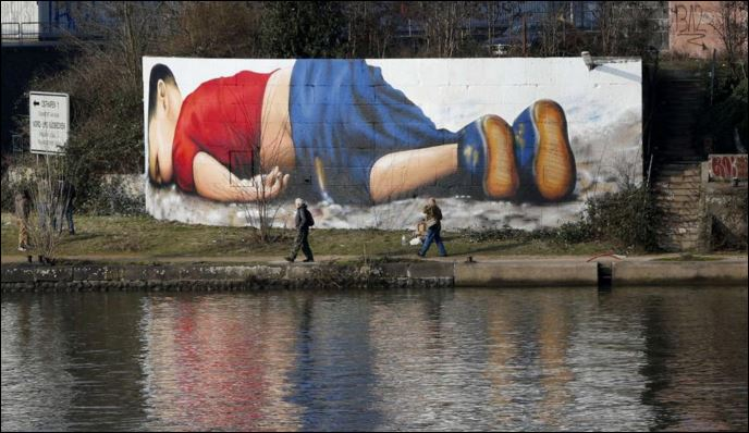 Έγινε γκράφιτι το άψυχο κορμάκι του μικρού Αϊλάν