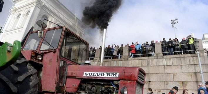 Γίνονται και αλλού – Αγρότες απέκλεισαν το κέντρο του Ελσίνκι με 600 τρακτέρ (ΒΙΝΤΕΟ)