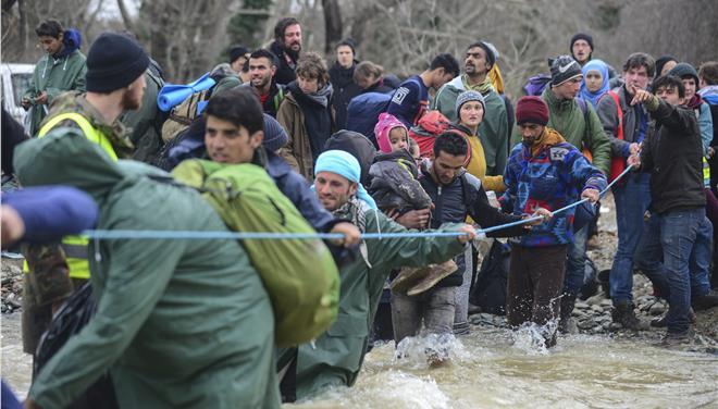 Πρόσφυγες «σπάνε» τα σύνορα