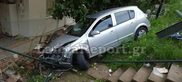 Αυτοκίνητο «προσγειώθηκε» σε αυλή