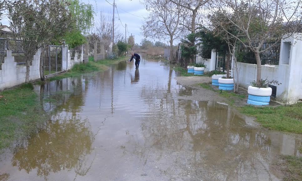 Πλημμύρισαν δρόμοι στα Μεσάγγαλα (ΦΩΤΟ)