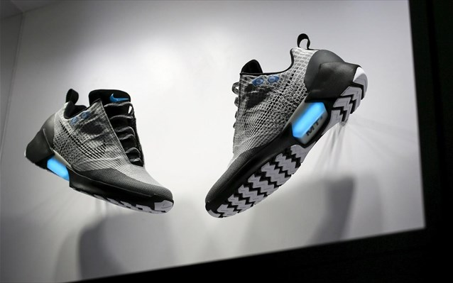 Αθλητικά παπούτσια με κορδόνια που δένονται μόνα τους