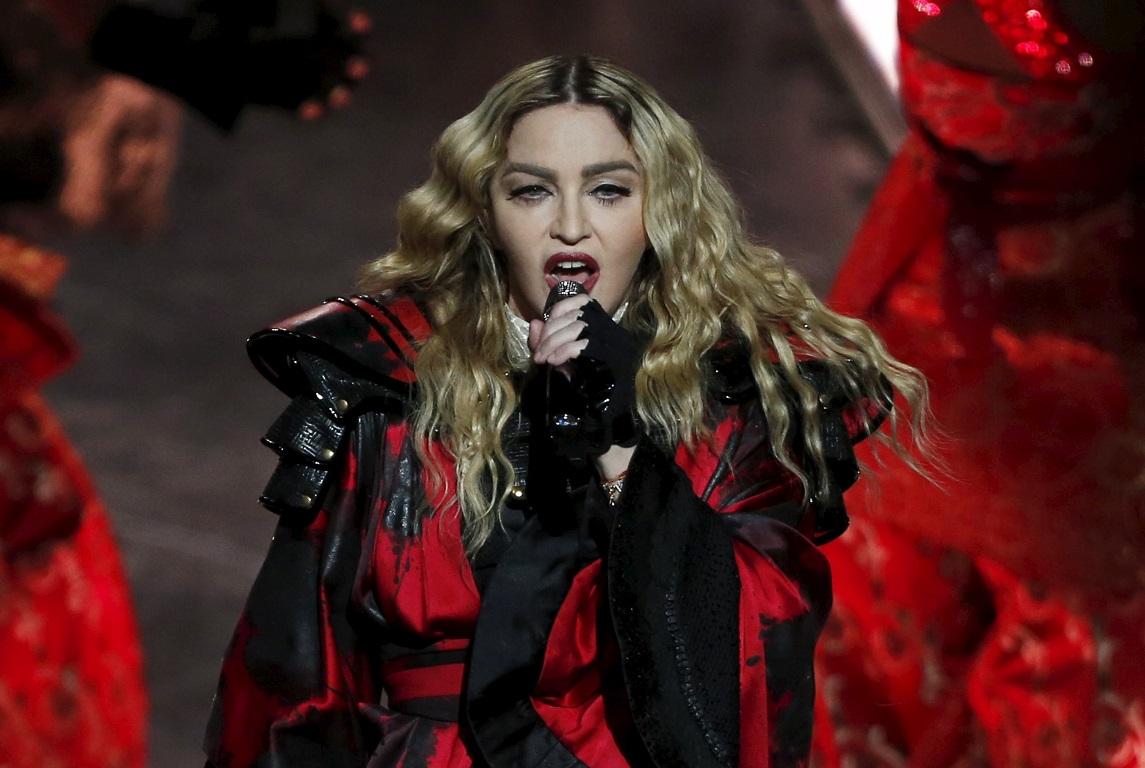 Ελληνίδα ξεγύμνωσε η Μαντόνα στη σκηνή