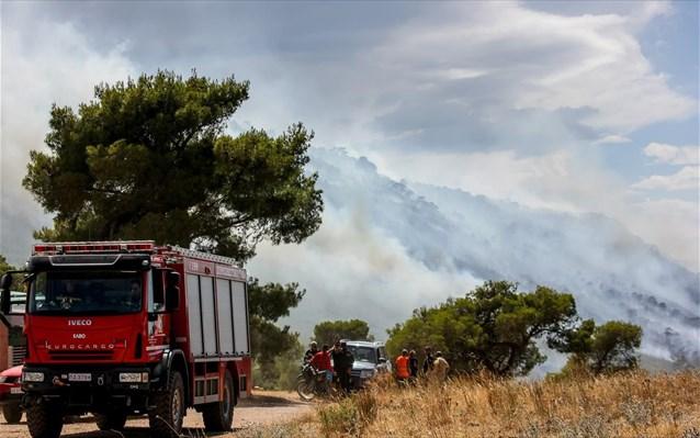 Υπό μερικό έλεγχο η πυρκαγιά στην Σαρωνίδα