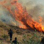 Μαίνεται η πυρκαγιά στα Δερβενοχώρια