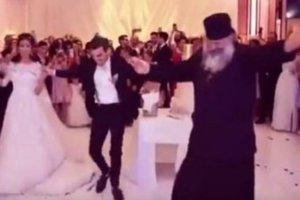 Ο παπάς ξεσήκωσε το γάμο! (video)