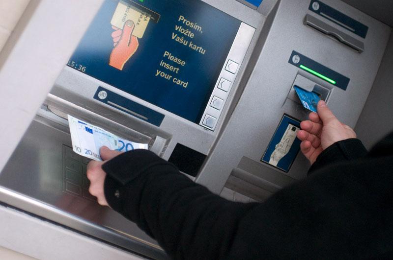 Capital Controls: Οι προτάσεις για χαλάρωση σε όριο αναλήψεων – εμβάσματα