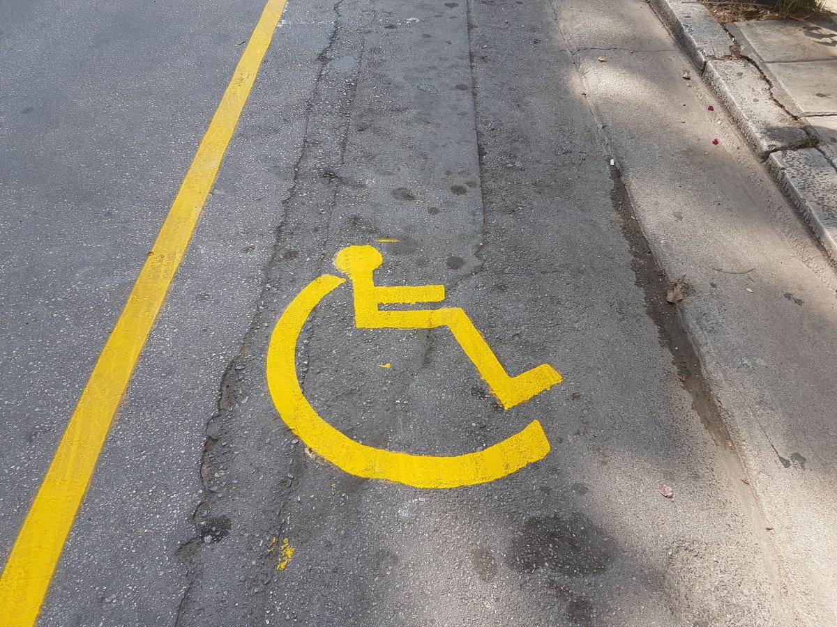 Αυστηρές ποινές για στάθμευση σε θέσεις ΑΜΕΑ – ράμπες διάβασης