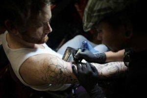 Ενας στους 10 Ευρωπαίους έχει τατουάζ