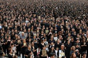 150.000 Ταϊλανδοί ντυμένοι στα μαύρα θρηνούν τον Βασιλιά τους (ΦΩΤΟ)