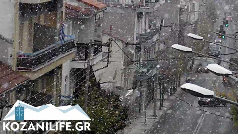 Χιονίζει στην Κοζάνη (βίντεο)