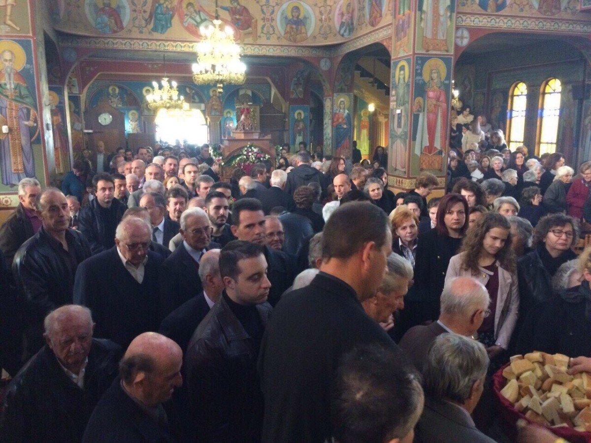 Πλήθη Λαρισαίων για την κάρα του Αγίου Νικηφόρου (ΦΩΤΟ)