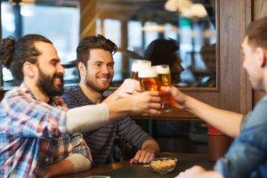 Oι άντρες για να είναι υγιείς πρέπει να πίνουν συχνά με τους φίλους τους!