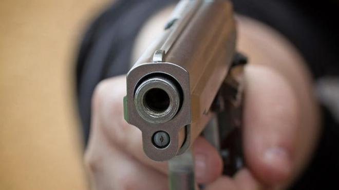Απειλούσε αστυνομικούς με αεροβόλο πιστόλι και εκείνοι τον τραυμάτισαν