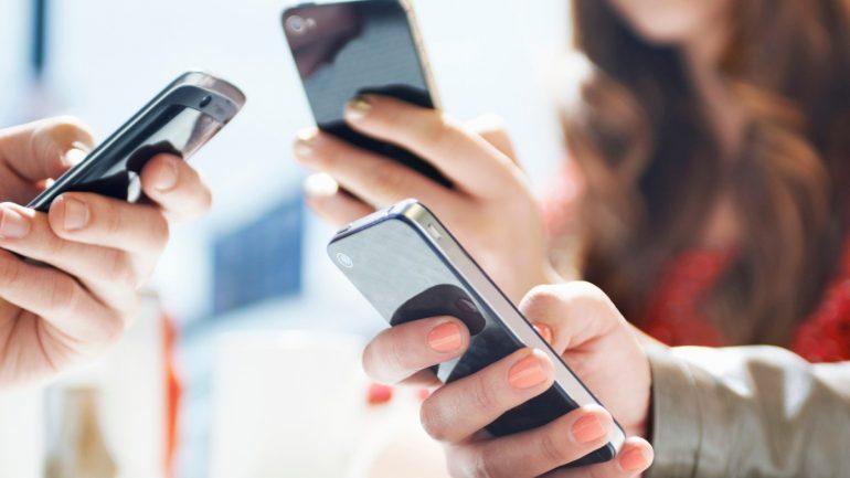 Κοιτούμε τα smartphones μας 9 δισεκατομμύρια φορές τη μέρα
